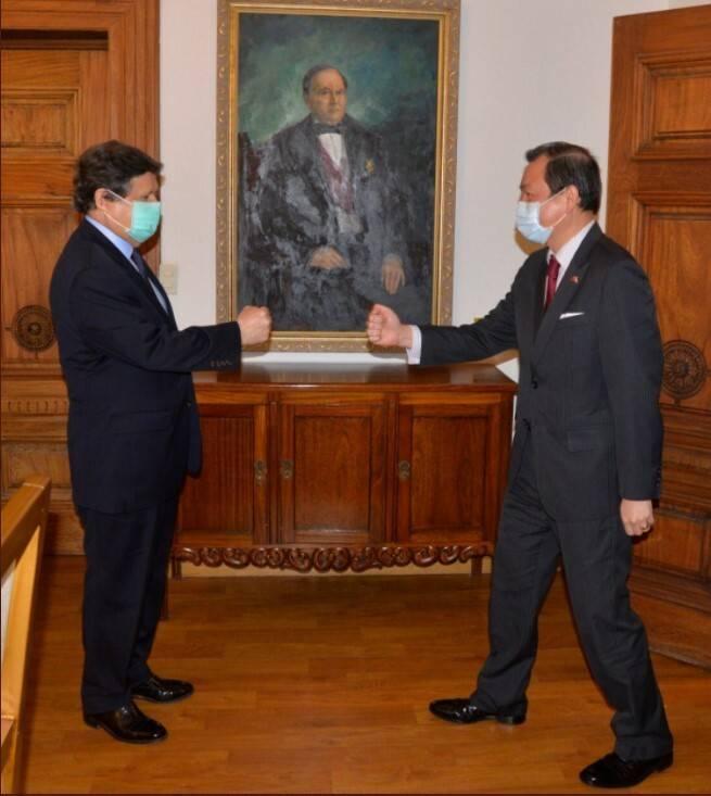 巴拉圭外長阿塞維多接見我國大使韓志正。(取自巴拉圭外交部推特)