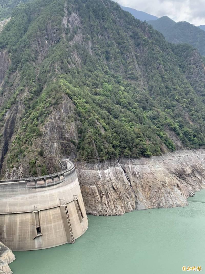 天公不作美!德基水庫蓄水量跌破4%,只剩3.73%。(記者歐素美攝)