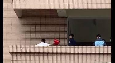 白衣服學生持水桶猛砸被害學生,圖右方多名學生冷眼觀看。(記者張瑞楨翻攝自爆料公社)