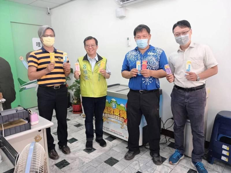 南市議員呂維胤(左二)結合南區與安平區的小學開辦小學生考滿分可兌領枝仔冰享用的好康。(圖:呂維胤服務處提供)