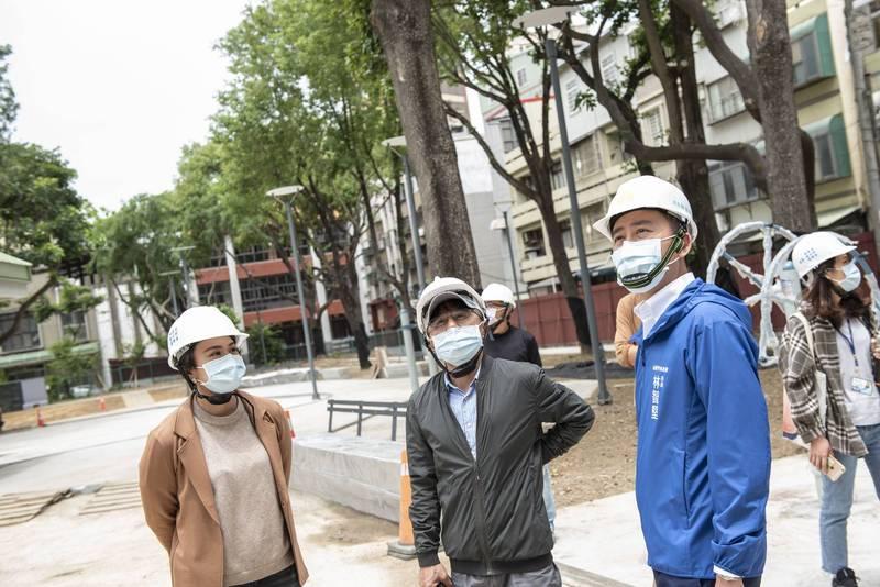林智堅視察興南公園工程。(市府提供)