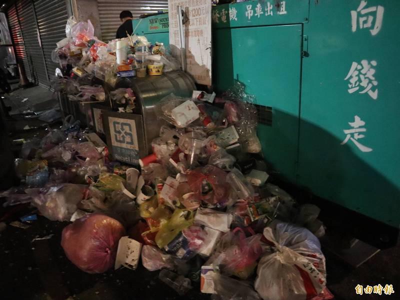 大甲媽回鑾日,大甲市區湧進大批信眾及遊客,垃圾也堆積成山。(記者歐素美攝)