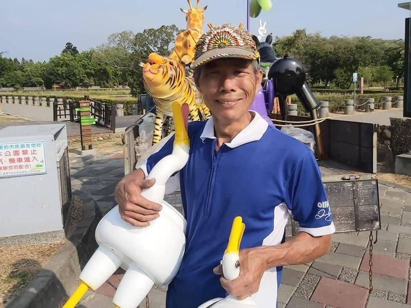 「嘉義鐵孩子」創作者賴銘傳在臉書貼出北香湖公園設展的茶壺鴨。(翻攝自嘉義鐵孩子臉書)