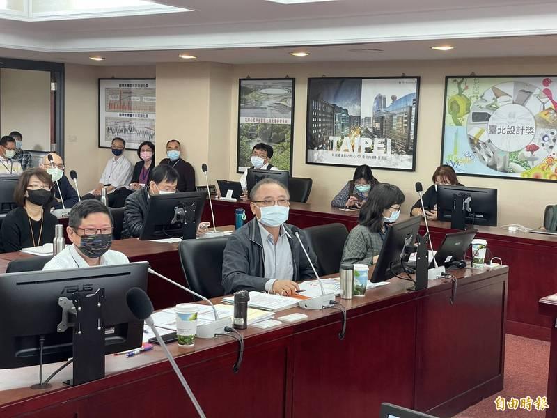 台北自來水事業處長陳錦祥說,過去16年花了170幾億汰換為不鏽鋼管,但台灣自來水公司仍使用年限短的塑膠管,漏水率仍勝過台北,令他「百思不得其解」。(記者鄭名翔攝)