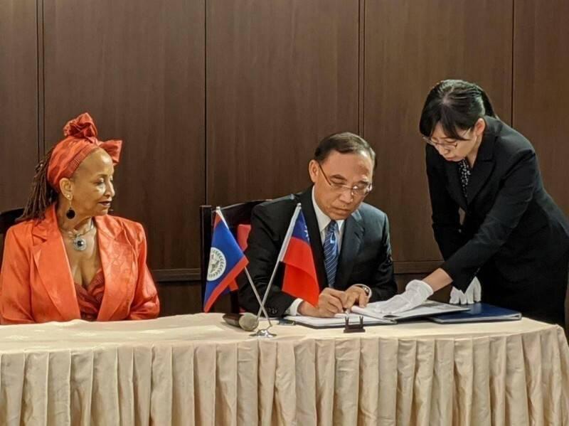 法務部長蔡清祥去年9月簽署台貝司法互助條約,時任貝國大使賀黛安(Diane Haylock)見證。(外交部提供)