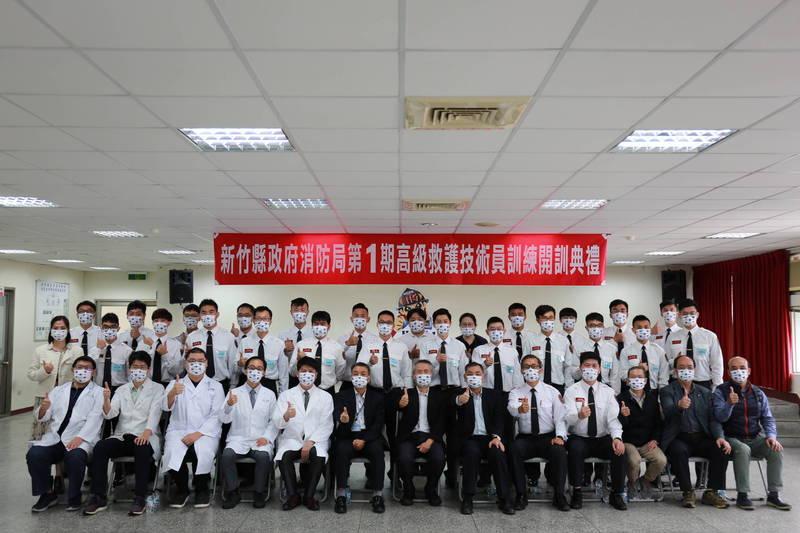 新竹縣政府消防局首度開辦高級救護技術員(EMTP)訓練班,包括新竹縣等消防局和民間人士共有24人,展開為期10個月、合計1304小時的到院前緊急救護專業訓練。 (新竹縣消防局提供)