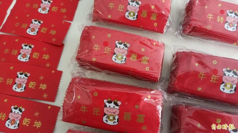 花蓮縣警察局刑事警察大隊查獲毒咖啡包,嫌疑人林姓男子將興奮劑等包裝成牛年應景小紅包。(記者王錦義攝)