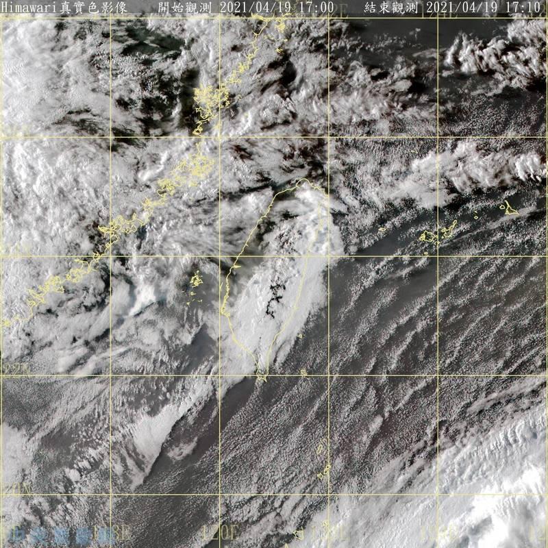 中央氣象局預估,中國華南水氣將在本週日、下週一移入台灣,是本週水氣最多的一波,全台都有機會出現明顯雨勢。(記者蕭玗欣翻攝)