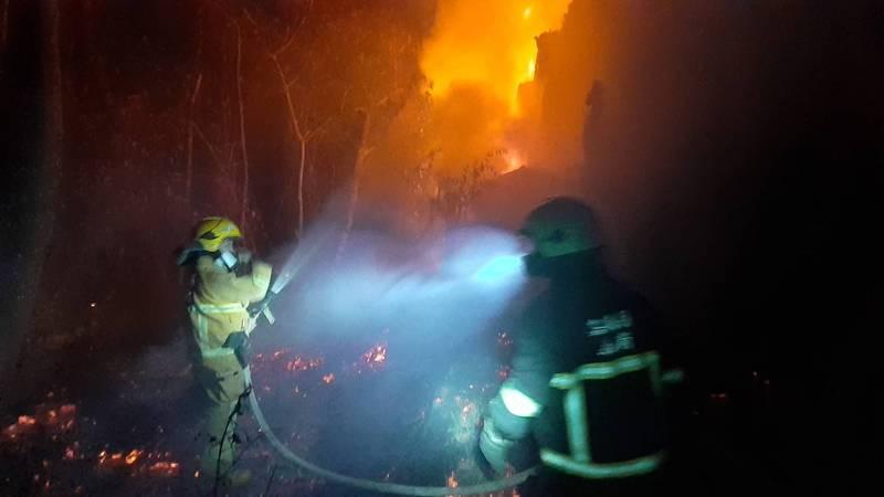 嘉義縣民雄鄉今天晚上發生大火目前仍在搶救中。(讀者提供)