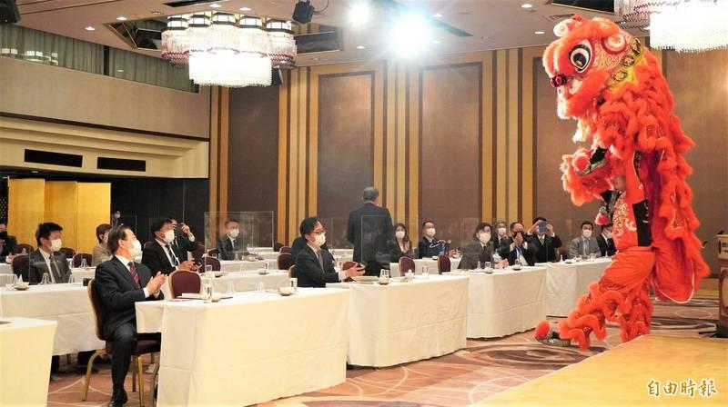 橫濱中華學院校友會在「全國日台友議員協議會」表演舞獅。(記者林翠儀攝)