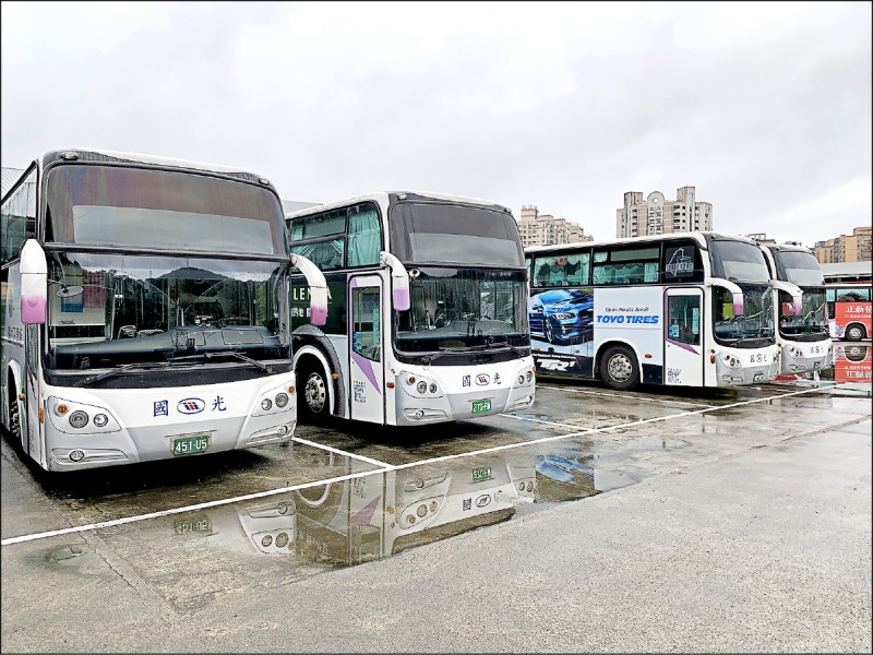 今年疫情趨緩,國道客運業陸續恢復班次,國光、統聯等業者開始推專案招募駕駛。(資料照)