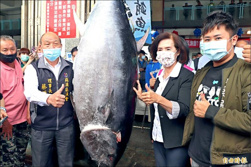 宜蘭縣長林姿妙(右二)行銷黑鮪魚,卻再度口誤引發爭議,(資料照,記者林敬倫攝)