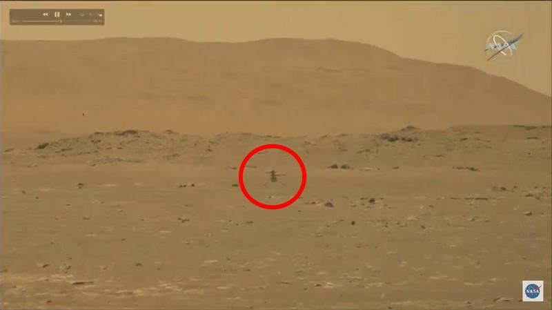 「毅力號」的微型直升機「機智號」成功在火星上完成首次動力飛行,試飛至離地3公尺多的畫面曝光。(圗翻攝自NASA直播畫面)