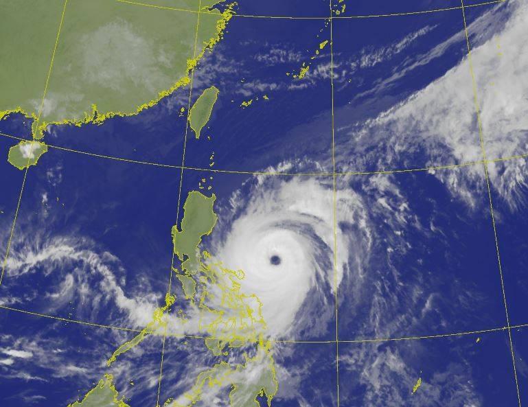 氣象粉專「台灣颱風論壇|天氣特急」今(19)日傍晚指出,舒力基颱風的巔峰狀態已過,強度將略為減弱至中颱,將於週四大角度轉向東北並加速遠離。(圖取自中央氣象局)