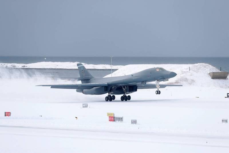 美國空軍今年2月首度派遣B-1B轟炸機抵達挪威,一同在北極圈進行三週的訓練,被認為是華府釋放給俄羅斯的明確訊息。(路透)