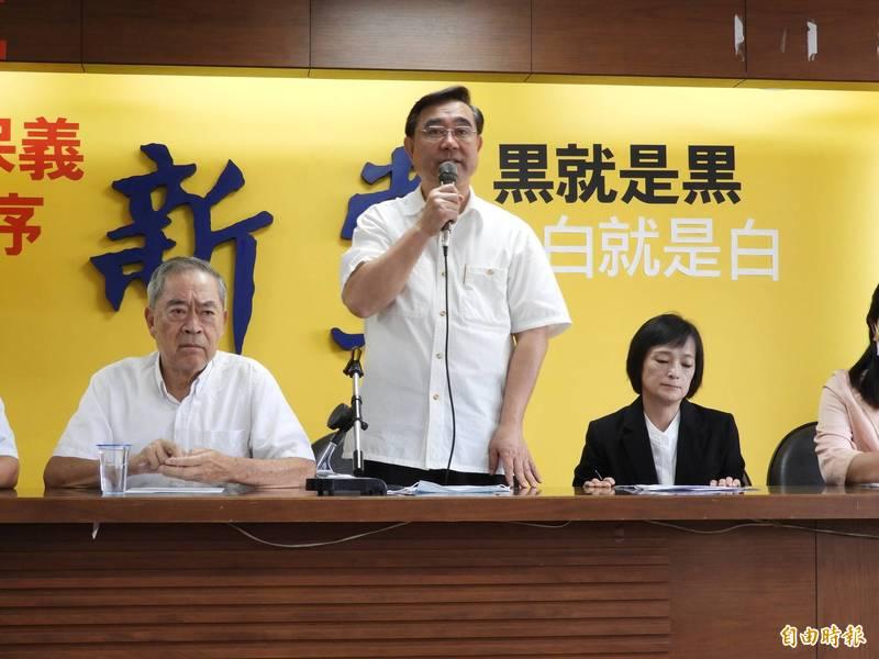 新黨主席吳成典(中)表示,強調新黨追求統一從未改變,新黨目前的路線絕對正確,對於郁大張旗鼓召開記者會質疑深感遺憾,在外界放話只會親痛仇快。(資料照)