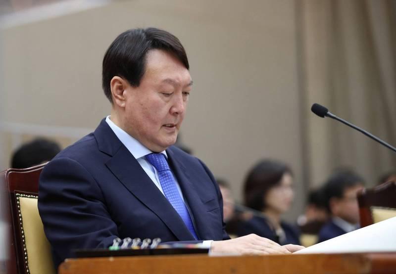南韓前檢察總長尹錫悦,在下屆總統民調獲壓倒性支持,就算是所有可能候選人一起上也沒在怕。(歐新社)