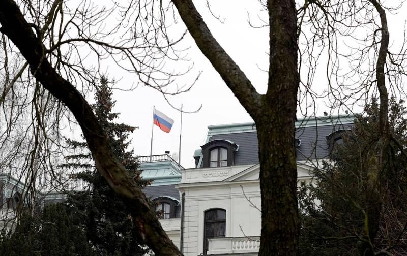捷克警方指出,有兩名俄國人在2014年的爆炸案前兩天使用假名入境,時至2018年英國毒殺案後才得知這組假名為俄國軍事情報局所用。圖為俄羅斯駐布拉格大使館。(路透)