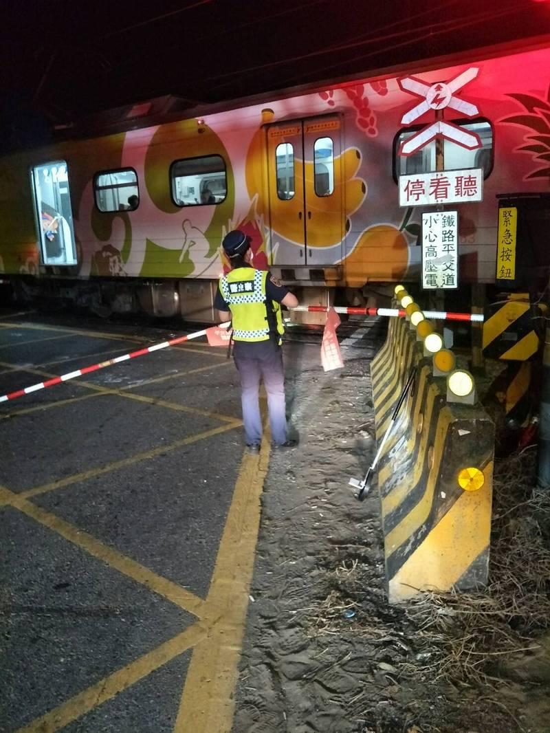台鐵3297次區間車19日晚間11點02分行經嘉義-南靖間東正線撞及闖越溪洲平交道的小客車。(台鐵提供)