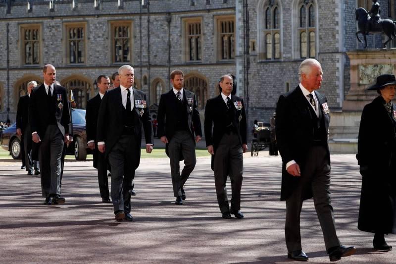 英國菲利浦親王葬禮舉行之後,傳出查爾斯王儲(右)和威廉王子(左)、哈利王子(中)長談2個小時。圖為父子3人在葬禮上難得同框的畫面。(法新社)