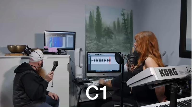 查普曼(右)成功唱出C1的極低音。(擷取自Joy Chapman Youtube頻道)