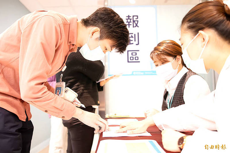 A man registers for a self-pay COVID-19 vaccination on the first day for accepting appointments at Ton Yen General Hospital in Hsinchu County yesterday. Photo: Liao Hsueh-ju, Taipei Times