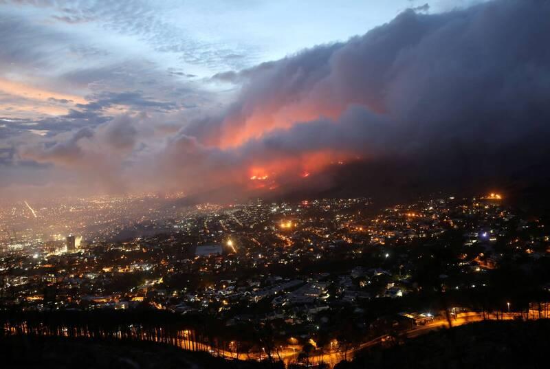 南非首都開普敦知名的桌山國家公園18日爆發大火,在強風助長下,火勢已延燒超過24小時。(路透)