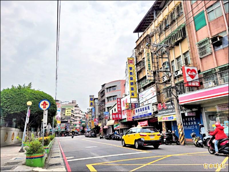 新北市政府將三重區碧華國中舊校址連同周邊街廓的老舊建物一併劃定更新地區,未來將打造「銀新未來城」。(記者賴筱桐攝)