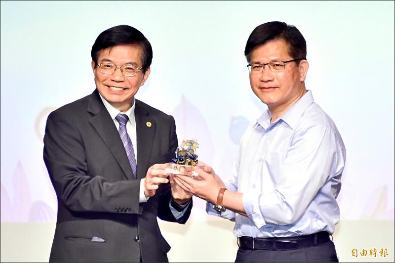 交通部昨天舉辦感恩惜別會,歡送交通部長林佳龍(右)離職,即將接任部長的王國材(左)代表贈禮並獻上祝福。(記者塗建榮攝)