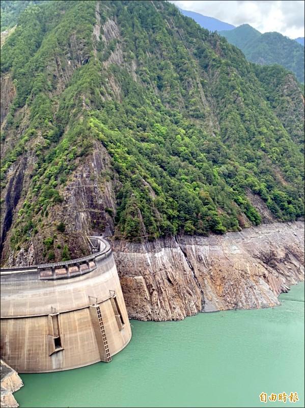 德基水庫蓄水率跌破4%,只剩3.7%。(記者歐素美攝)