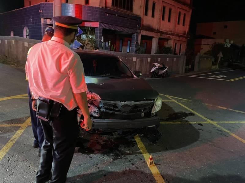 Toyota altis闖入平交道,與台鐵電聯車相撞。(記者林宜樟翻攝)