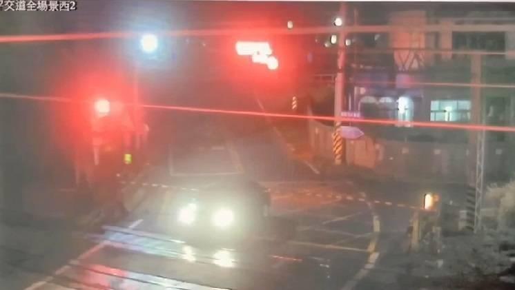女子駕車行經平交道,警示燈亮起,她隨即停住往後退,被桿子擋住。(記者林宜樟翻攝)