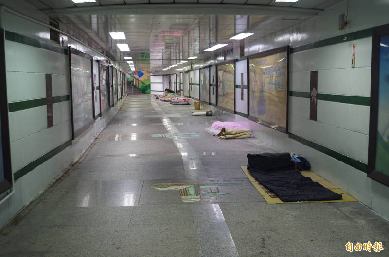 嘉義車站前地下道有許多街友放寢具佔道。(記者王善嬿攝)