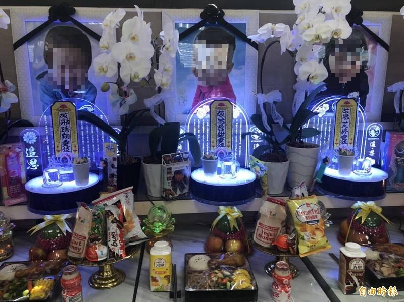 3童靈位前擺放了小朋友喜歡的飲料、糖果餅乾及玩具。(記者許國楨攝)