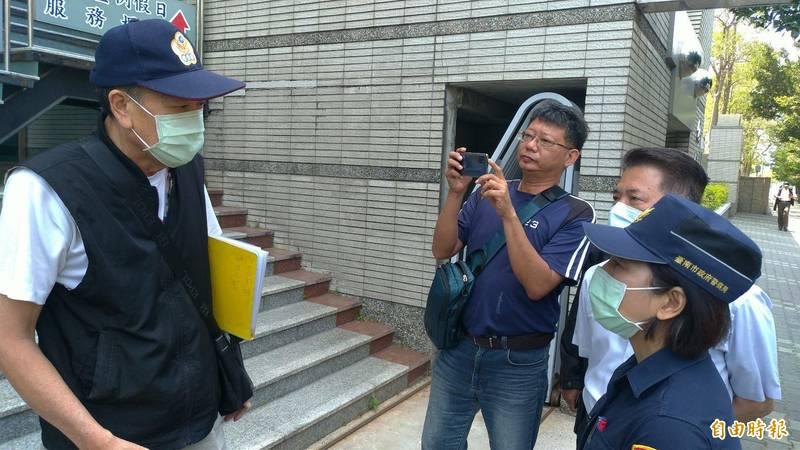 控告警方的退警莫伯強(左一)在南檢與南市警六分局長陳錦文(右二)、副分局長吳麗娟(右一)當面溝通。(記者王俊忠攝)