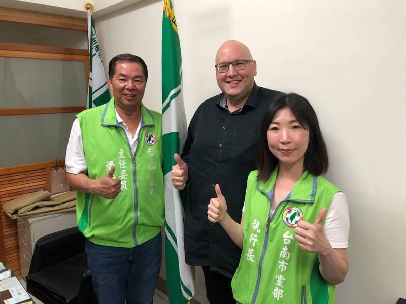 法籍台灣女婿葉士德(圖中)拜訪民進黨台南市黨部,主委潘薪傳(左1)與執行長蔡麗青代表黨部歡迎他的到來。(民進黨台南市黨部提供)