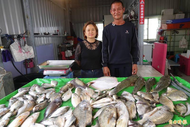 彰化塭仔漁港協會的會長陳世忠(圖右)說,塭仔漁港特性就是現抓現賣,全都是「現流ㄟ」。(記者劉曉欣攝)