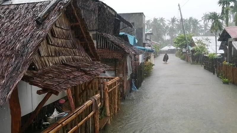 颱風舒力基襲擊,菲律賓東薩馬省省會仙波里加波市(San Policarpo)街道成河。(美聯社)