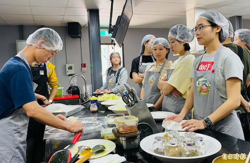 國際生學習多元料理,直呼真的好專業。(記者陳賢義攝)