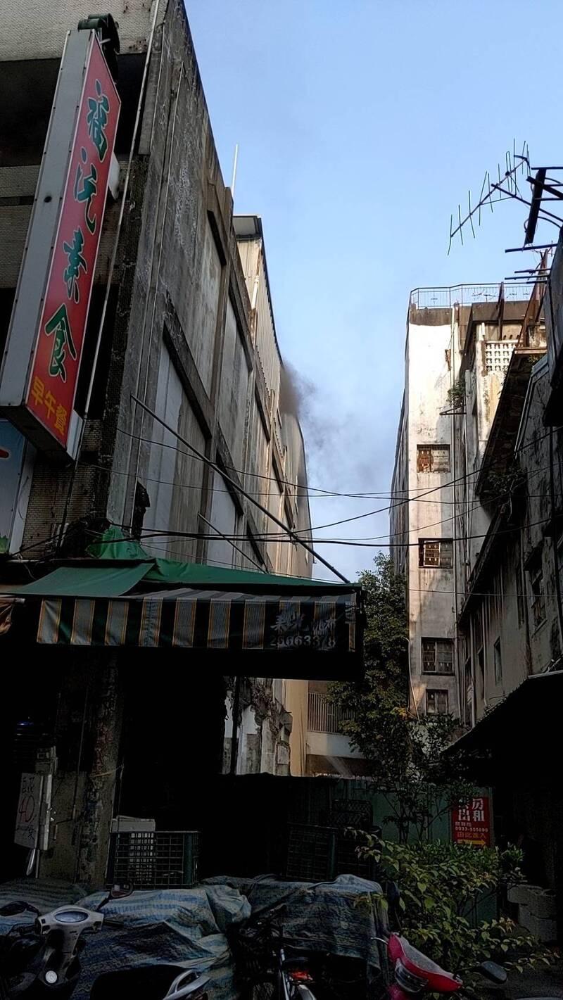 台中市豐原區一處民宅起火,冒出黑煙。(民眾提供)
