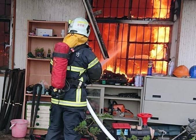南投縣消防人員就竹山民宅火警拉水線灌救情形。(記者謝介裕翻攝)