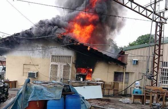 南投縣竹山鎮午餐時間又發生1起民宅火警,濃煙伴隨著熊熊烈火造成房屋全毀。(記者謝介裕翻攝)