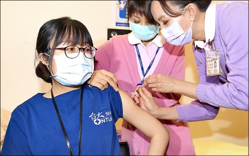 不同於公費對象接種意願低,自費武肺疫苗昨開放民眾預約,許多醫院傳出名額秒殺、預約爆滿;圖為公費疫苗開放接種。(資料照)