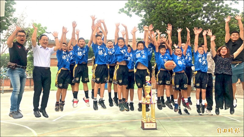 屏東縣立仁愛國小籃球隊隊員平均身高不到160公分,日前奪下全國少年籃球錦標賽U12男子組季軍,創下隊史最佳成績。(記者羅欣貞攝)