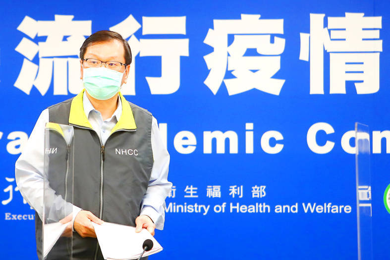 Central Epidemic Command Center spokesman Chuang Jen-hsiang confirms that two Taiwanese pilots tested positive for COVID-19 yesterday after returning from a flight to the US. Photo: CNA