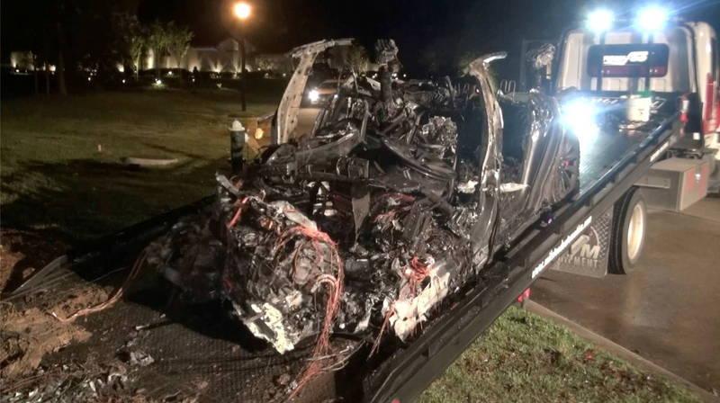 德州休士頓17日發生一起特斯拉自撞路樹的意外,車上2人不幸身亡,警方發現2名死者都不在駕駛座上。(路透)