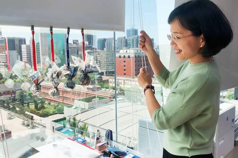 民進黨立委蘇巧慧今(20)日率領辦公室同仁舉行祈雨儀式,並掛上用報紙與名牌等物品自製的「祈雨娃娃」。(圖擷取自蘇巧慧臉書)