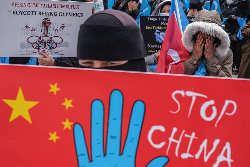 國際人權組織「人權觀察」報告表示,中國在新疆的所做所為可能已符合違反人道罪的要件。圖為抗議中國政府違反人權的維吾爾族示威者。(歐新社資料照)