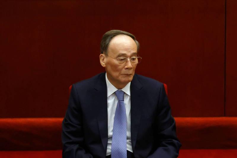 博鰲論壇今天開幕,中國國家主席習近平視訊致詞前,親臨現場的國家副主席王岐山(見圖)在台上連忙強調,致詞的是習近平,自己只是為習「報幕」。(路透)