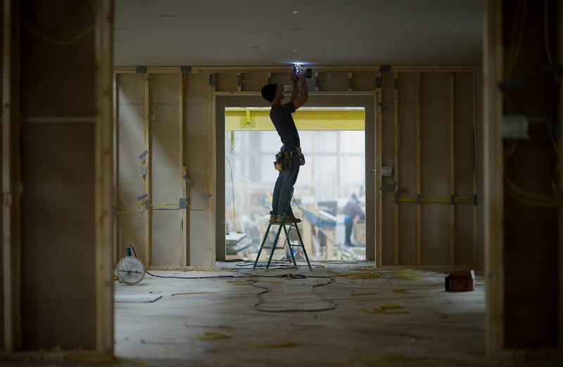英國52歲婦人道奇透過臉書私訊請師傅來家中施工,她拍下了廚房天花板的照片,未料卻意外讓她「春光外洩」,示意圖。(彭博)